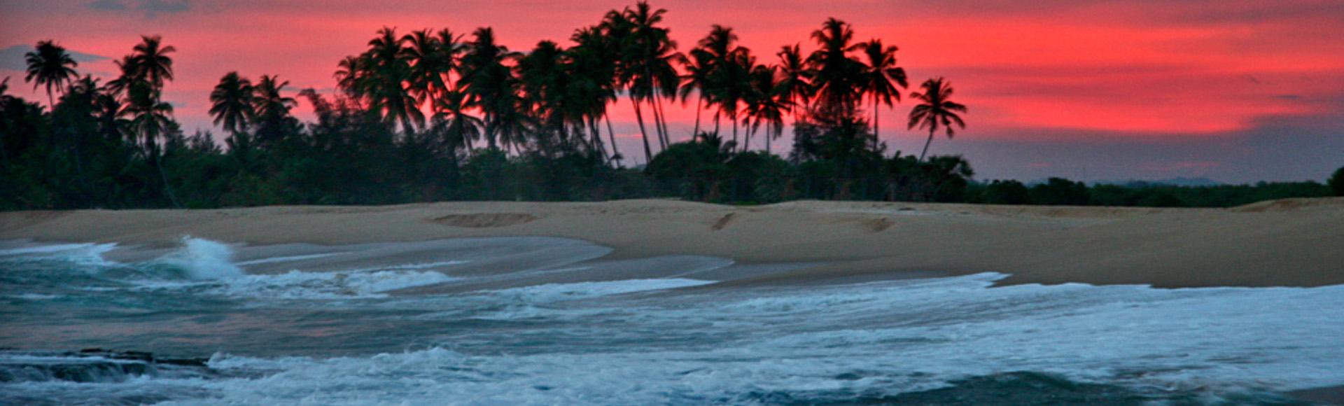 Zie de zonsondergang op een verlaten strand